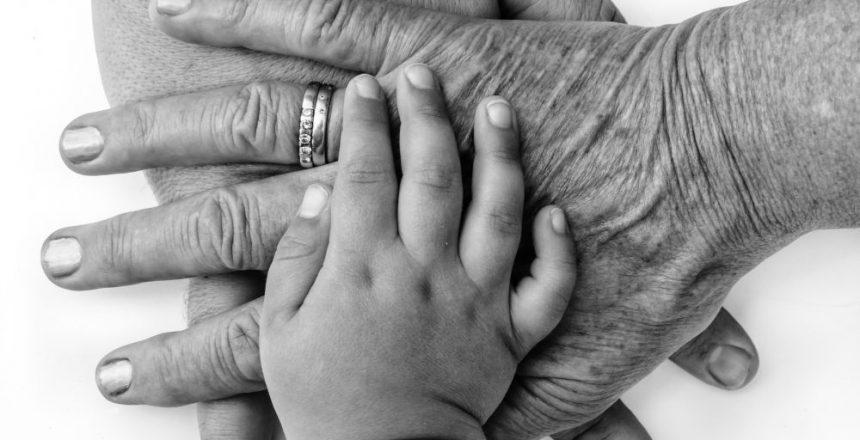 Hnder dreier Generationen bereinander in schwarz wei